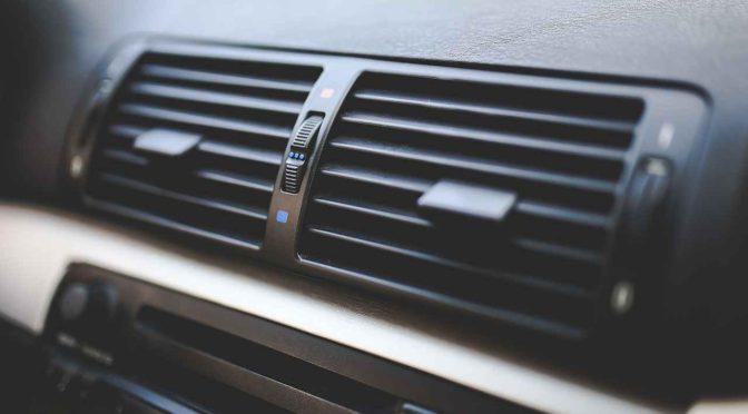 車の車内の強力両面テープを数秒で簡単に剥がす方法